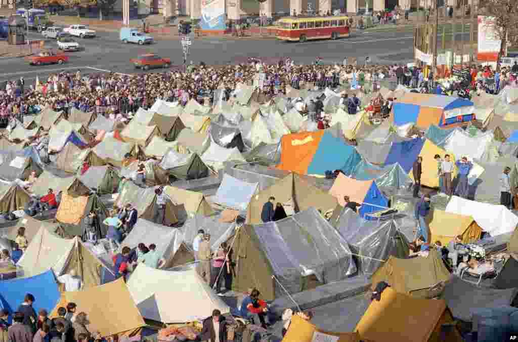 Студенти оголосили політичне голодування, утворивши наметове містечко в центрі Києва на тодішній площі Жовтневої революції (нині майдан Незалежності)