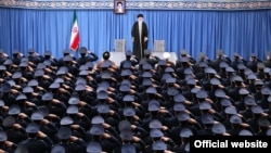 عکس گرفتن با کارکنان نیروی هوایی در روز ۱۹ بهمن سنتی هر ساله است، یادآور عکسی که آیتالله خمینی در این روز در سال ۵۷ با همافران گرفت
