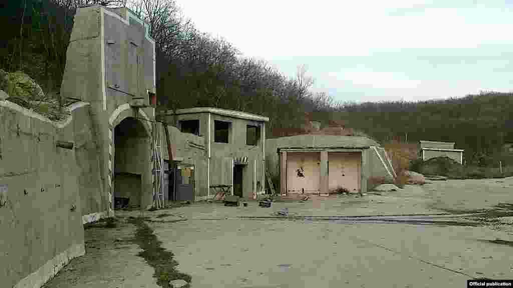 """""""Objekat 100"""" je bio popularan među turistima. Posjete bunkeru odnedavno više nisu dopuštene. Na mjestu stoji natpis """"Zabranjena zona, vojni objekat Ministarstva odbrane Rusije"""". Prema pisanju lokalnih medija, """"Objekat 100"""" je obnovljen iz ruševina i pretvoren u vojnu bazu s antiraketnim sistemom."""