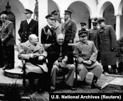 Уинстон Черчилль, Франклин Рузвельт и Иосиф Сталин (сидят, слева направо) на Ялтинской конференции