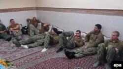 АКШнын деңиз аскерлери Иран кармап кеткенден кийин. Ислам революциясынын сакчылар корпусу тараткан сүрөт.