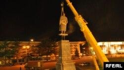 Վրաստան - Գորիի կենտրոնական հրապարակում ապամոնտաժվում է Ստալինի արձանը, 25-ը հունիսի, 2010թ․
