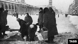 Жители города в очереди за питьевой водой во время блокады Ленинграда