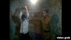 """ГУЛАГ-тың ең ірі бөлімшелерінің бірі - Қазақстандағы """"Карлагтың"""" азаптау камерасы. Музей қызметкерлері """"Карлаг тұтқынын"""" """"НКВД тергеушісі"""" қинап жатқан сәтін сомдап тұр. 19 мамыр 2013 жыл."""