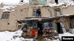 Աֆղանստանցին մաքրում է խանութի տանիքը, 5-ը փետրվարի, 2017թ.