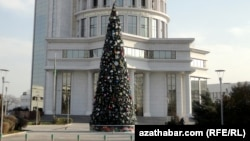 Türkmenistanyň Energiýa ministrliginiň öňündäki täze ýyl arçasy, Aşgabat