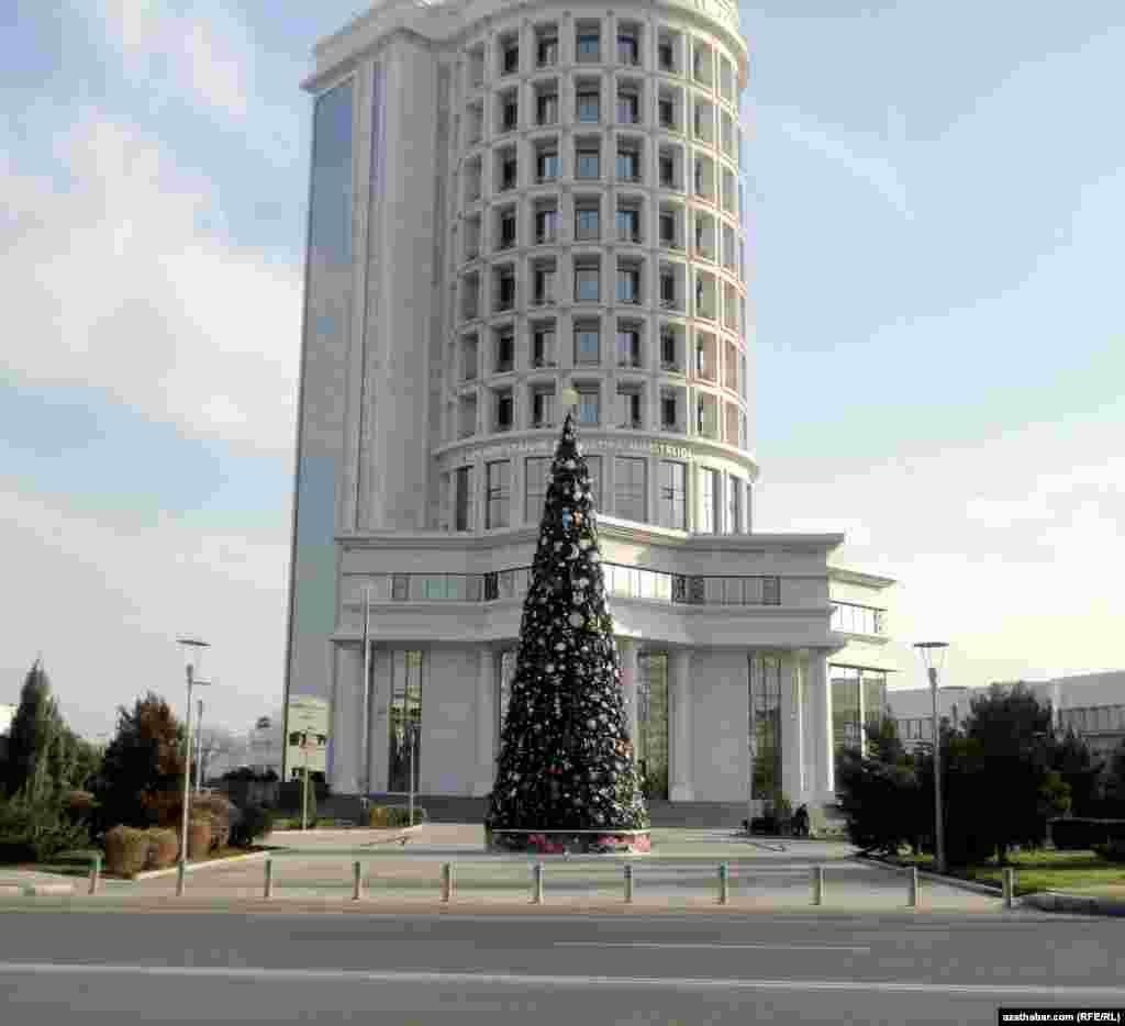 Türkmenistanyň Energetika ministrliginiň öňünde gurlan Täze ýyl ýolkasy.
