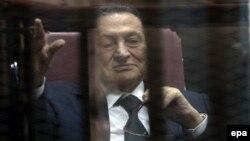 Хосні Мубарак у залі суду в Каїрі, 29 квітня 2015 року