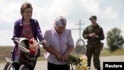 Cvijeće za nastradale, godinu dana nakon rušenja aviona MH17. Mjesto Hrabove na istoku Ukrajine, 17. juli 2015.