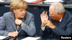 Angela Merkel və maliyyə naziri Wolfgang Schaeuble