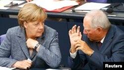 Канцлер Германии Ангела Меркель и министр финансов ФРГ Вольфганг Шойбле перед голосованием в Бундестаге по выделению финансовой помощи Греции, 19 августа 2015 года