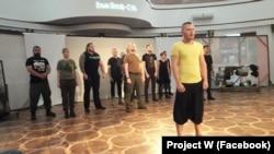 Ветеран АТО Сергей Викарчук (впереди) во время участия в проекте Project W