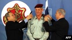 بنیامین نتانیاهو (راست) و ایهود باراک در دو سوی یک فرمانده ارتش اسرائیل