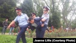 Полиция наразылардың бірін ұстап әкетіп барады. Алматы, 9 маусым 2019 жыл.