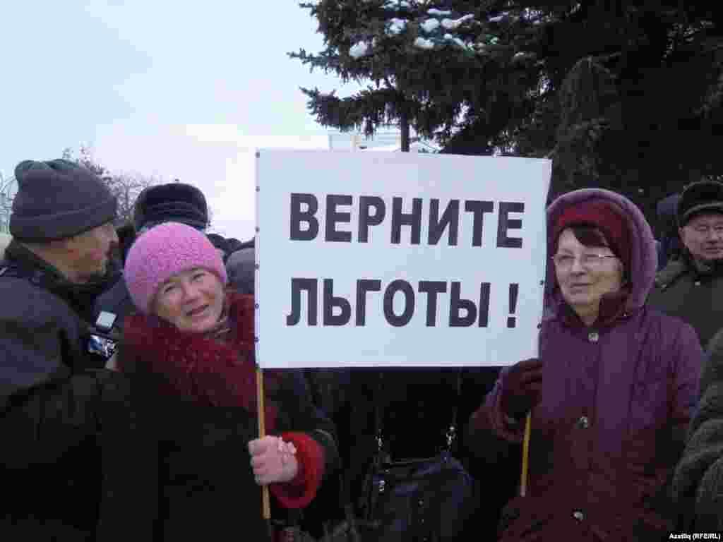 Казан пенсионерлары юл ташламасын кайтаруны таләп итеп митингка чыкты.