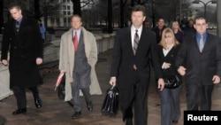 Бывшие сотрудники Blackwater покидают здание суда во время предварительных слушаний в 2009 году.