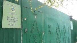 Ворота, за которыми расположено здание районного подразделения ДКНБ по Южно-Казахстанской области. 29 марта 2016 года.