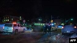 Полиция у здания мусульманского культурного центра в Квебеке, на которое было совершено вооруженное нападение, Канада, 29 января 2017 года.