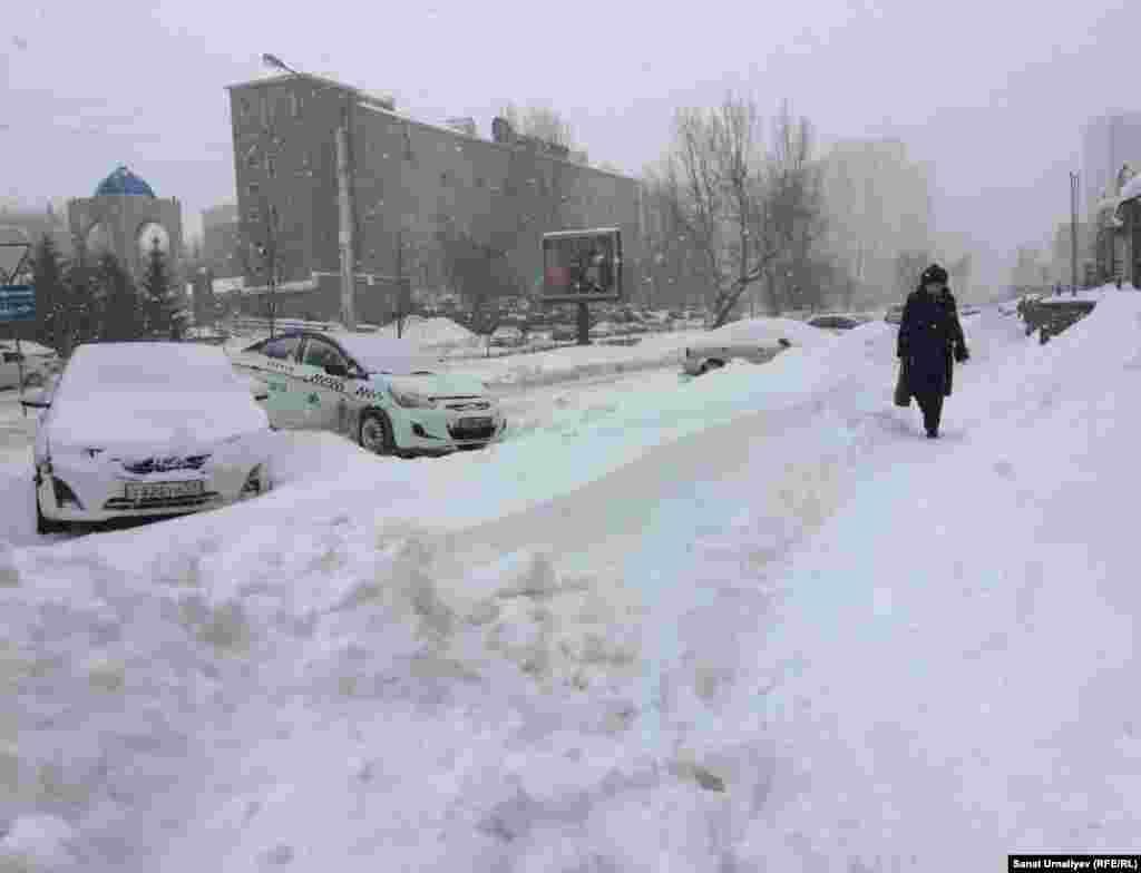 Жительница столицы Сауле (на фото), проходящая по улице Амангельды Иманова, говорит, что «дороги чистят для водителей, а о пешеходах никто не думает». Нур-Султан, 28 января 2020 года.