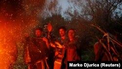 Izbeglice i migranti se greju na vatri u kampu Vučjak kod Bihaća, za koji predstavnici međunarodne zajednice i nevladine organizacije traže da se zatvori