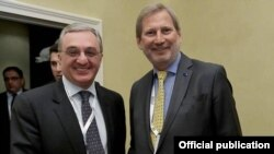 Министр иностранных дел Армении Зограб Мнацаканян (слева) и комиссар ЕС по вопросам расширения и политики соседства Йоханнес Хан, Мюнхен, 15 февраля 2019 г.