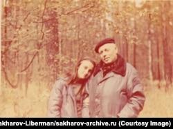 Прогулка в лесу с Мариной в окрестностях Горького в сентябре 1983 года.