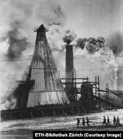 Radnici trče dok se vatra širi između platformi nakon izbacivanja nafte.