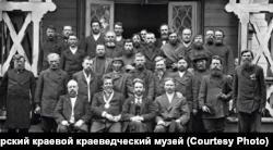 Группа избирателей Государственной Думы от Енисейского района позирует фотографу