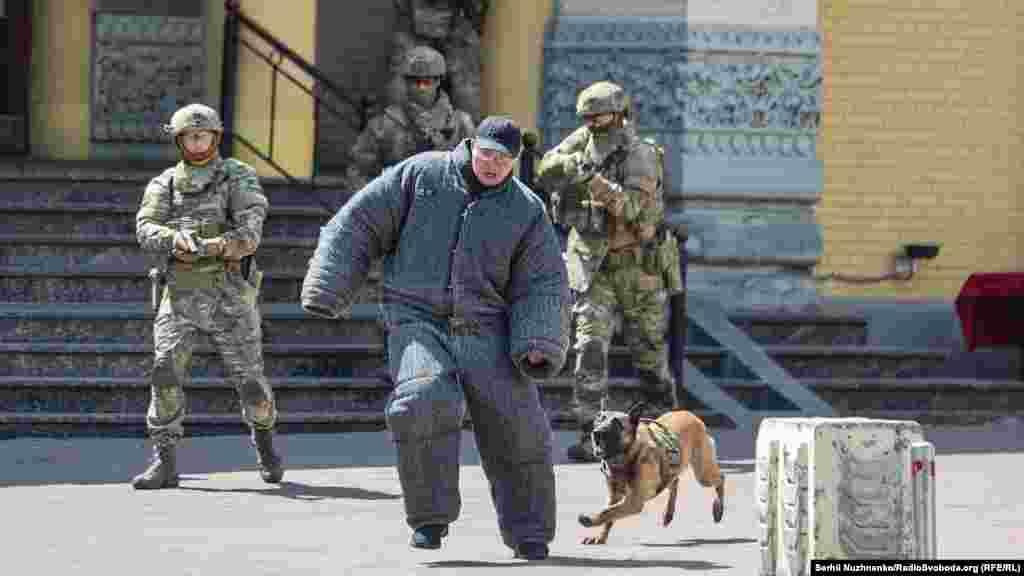 Частина з них із криками «Аллах– акбар!» намагалася втекти, але на них спустили службових собак і, в результаті, затримали