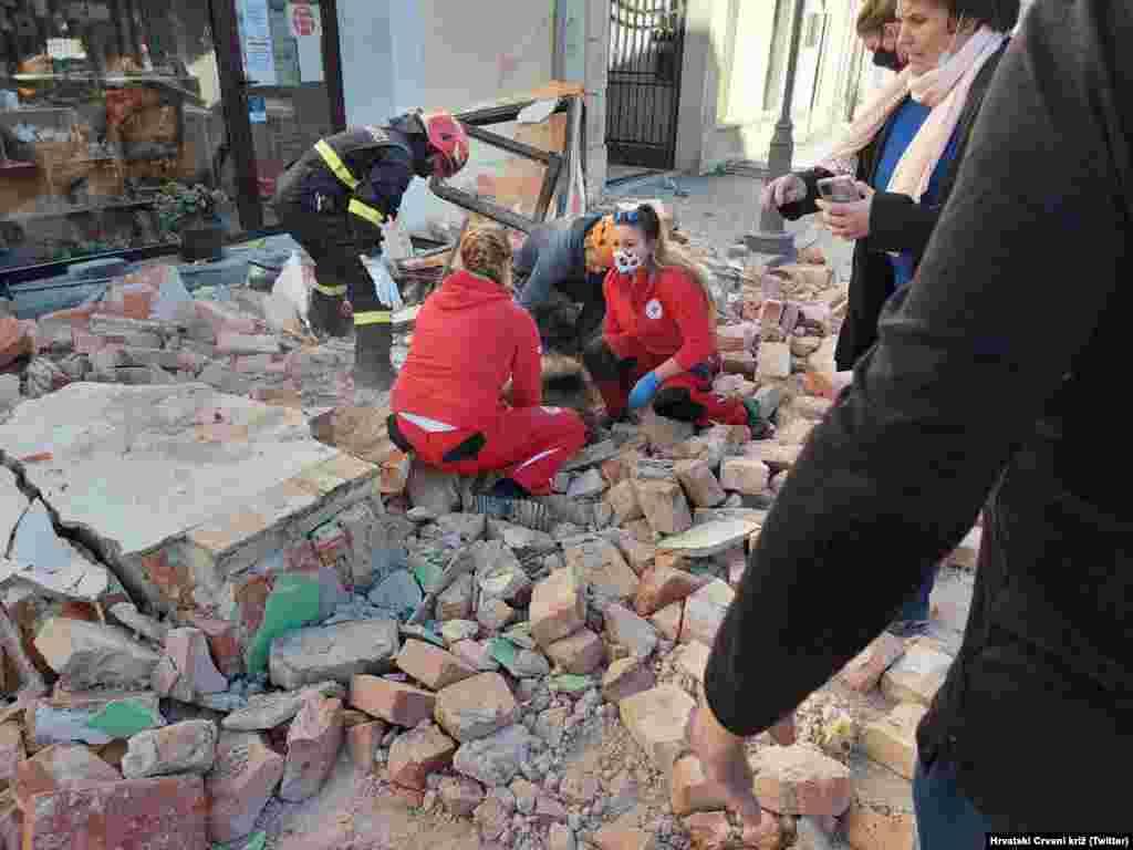 На локалните екипи во Петриња на помош им се приклучиле и екипи од Хрватскиот Црвен крст, армијата, пожарникари...