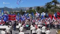 Первомай в Крыму: гигантский флаг России и советские лозунги на набережной Ялты (видео)