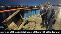 Чиновники акимата Семея на мосту, где обрушились перила и плита. Восточно-Казахстанская область, 9 августа 2021 года. Фото со страницы акимата в Facebook'е