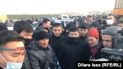 Водители автобусов компании Shymkent Bus требуют повысить зарплаты. Шымкент, 3 февраля 2021 года.