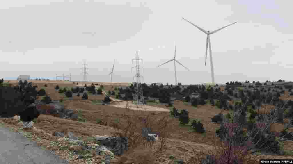 Prve vjetroturbine, iz pravca Mostara, vidljive su već na lokalitetu Vučja glavica, nedugo nakon brda Fortica iznad samog grada