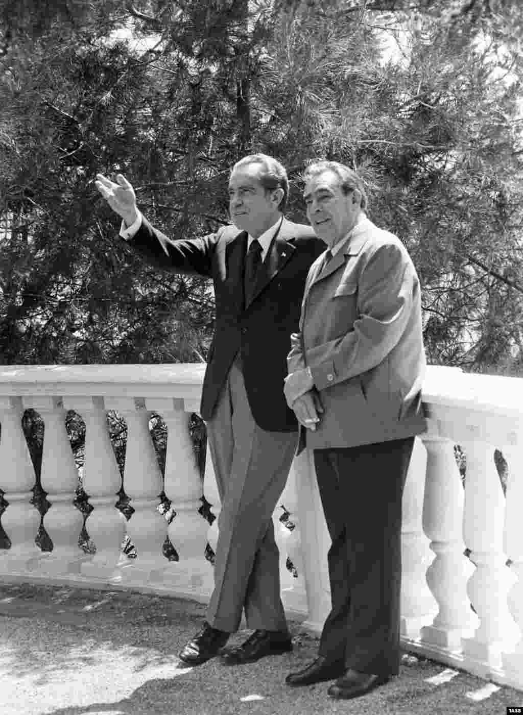 Никсон и Брежнев во время беседы в поселке Ореанда. Для американского президента это был второй визит в СССР, но первая поездка в Крым. Он приехал в СССР, чтобы продолжитьпереговоры об ограничении стратегических вооружений