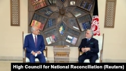 عبدالله عبدالله رئیس شورای عالی مصالحه ملی افغانستان حین دیدار با زلمی خلیلزاد نمایند ویژه امریکا برای صلح افغانستان