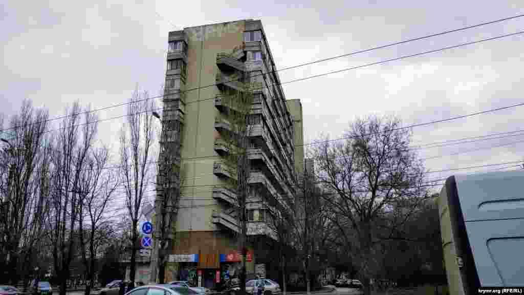 Місцеві жителі назвали цей будинок «корабель»– за зовнішню схожість із білим круїзним лайнером. За часів СРСР у будинку був найбільший гастроном району – «Московський»