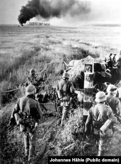 Una dintre primele fotografii ale Operațiunii Barbarossa - atacul asupra Uniunii Sovietice a fost lansat în dimineața de 22 iunie 1941.