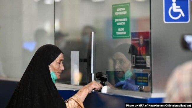 Женщина, вывезенная спецбортом из Кабула, который доставил в Казахстан этнических казахов из Афганистана. 9 сентября 2021 года