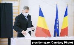 Румыниянын президенти Клаус Йоханнис добуш берүүдө. 2020-жылдын 6-декабры.