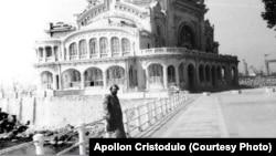 Йон Кристодулу, политически затворник, който оглавява реставрацията на казиното през 50-те. През 1988 г. той се завръща за снимка на мястото в Констанца