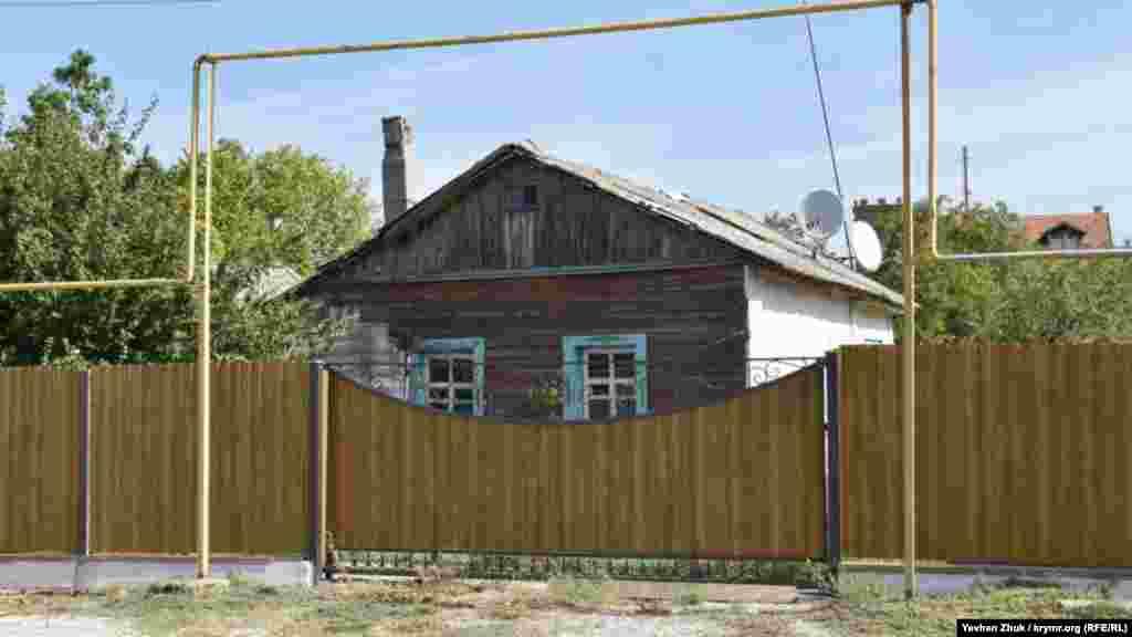 Старый деревянный дом – за новым забором
