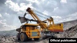 Специальная техника на золоторудном руднике Кумтор.