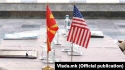 Знамиња на Северна Македонија и САД