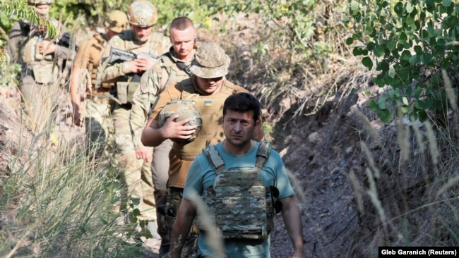 Президент України Володимир Зеленський на передових позиціях української армії на Донбасі