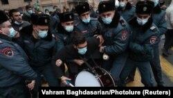 Никол Пашинянның отставкасын талап етушілердің бірін ұстап жатқан полиция қызметкерлері. Ереван, 8 желтоқсан 2020 жыл.