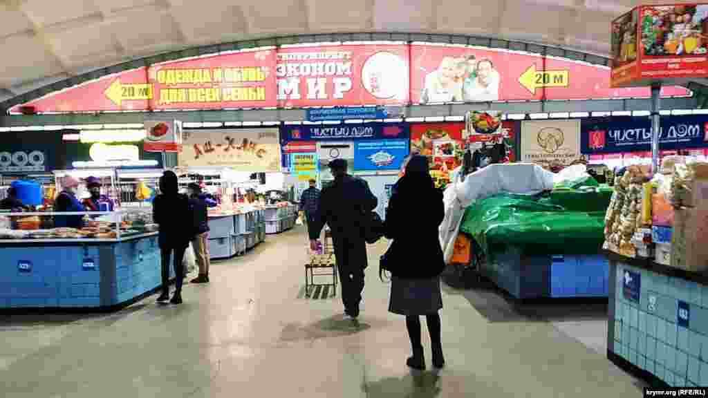 Всередині ринку продаються різноманітні продукти на будь-який смак