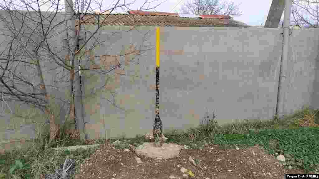 Газова труба доведена до паркану приватного будинку