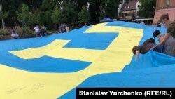 Ранее свои пожелания крымчанам на флаге оставили жители Киева, Львова, Днепра