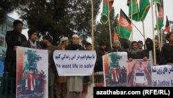 دهها تن در اعتراض به ربوده شدن یک کودک در شهر مزارشریف، به راهپماییدر شهر کابل پرداختند.